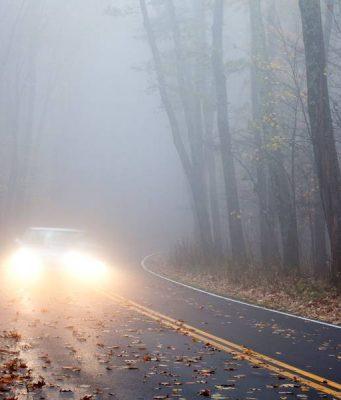 Gerade Fahranfänger sollten sich rechtzeitig auf die kalte Jahreszeit vorbereiten. Schon der Herbst hält mit Nebel und feuchtem Laub auf der Fahrbahn so manche Überraschung bereit.