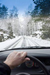 Zu sicherem Fahren auf verschneiter Fahrbahn trägt ganz wesentlich die passende Bereifung bei. Winterreifen sind jetzt Pflicht.