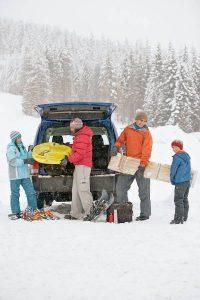 Wer zum Winterurlaub in die Alpen aufbricht, sollte seine Winterreifen vorher checken: In Alpenländern wie Österreich sind mindestens vier Millimeter Restprofil vorgeschrieben.