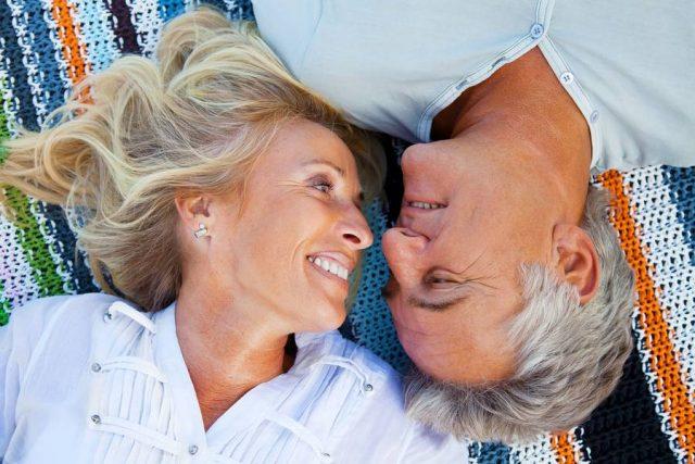 Fast alle Singles aus der Altersgruppe 50plus glauben an die große Liebe - und 77 Prozent hoffen, dass sie sie noch einmal finden.