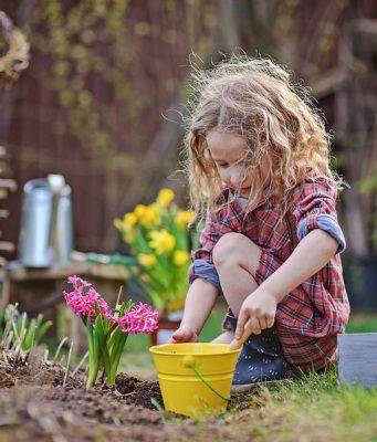 In der Erde graben, Blumen bestaunen und Unkraut zupfen - der eigenen Garten ist auch für Kinder ein Paradies.