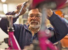Der Rosenheimer Rentner Johann Peschke repariert Fahrräder, Kinderwagen oder Rollatoren - ein typisches Beispiel für wirksame Nachbarschaftshilfe.