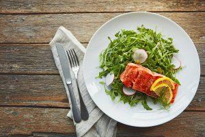 Sanft gebratener Lachs auf einen Salatbett etwa mit Rucola: So einfach und schmackhaft gelingt die kohlenhydratreduzierte Küche.