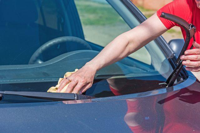 Wischblätter sollte man mit einem weichen Tuch reinigen oder bei Bedarf austauschen.