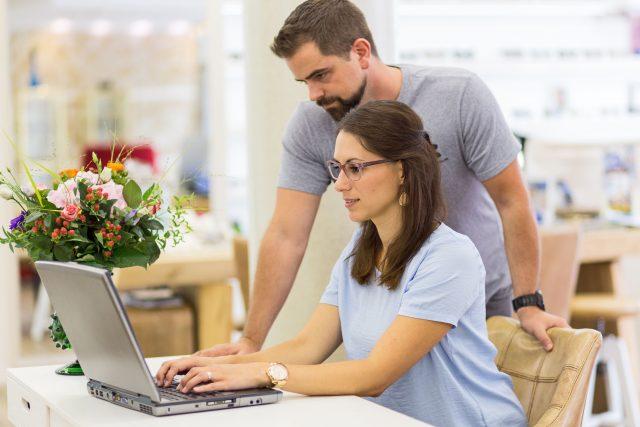 Der moderne Arbeitsalltag läuft weitgehend digital ab und setzt somit unsere Augen digitalem Sehstress aus.