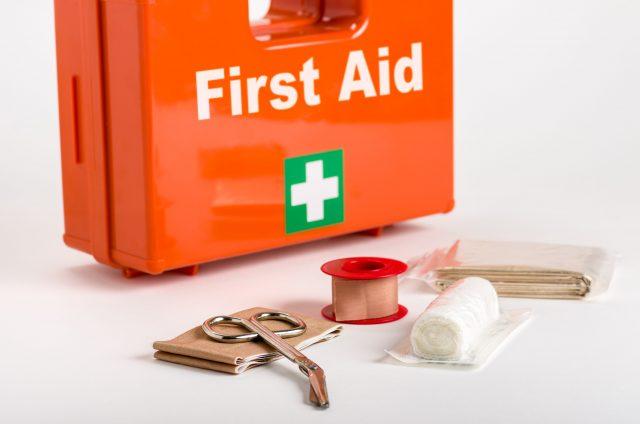 Der Erste-Hilfe-Kasten im Fahrzeug sollte immer auf dem neuesten Stand sein.