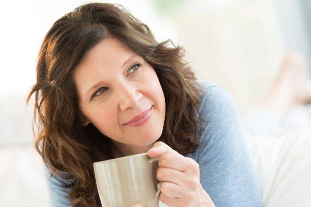Entspannend und schlaffördernd wirken Rituale wie die abendliche Tasse Kräutertee.