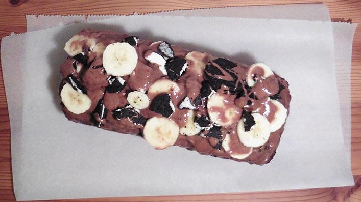 saftiges Oreo-Bananenbrot mit Schokotopping und veganer Variante