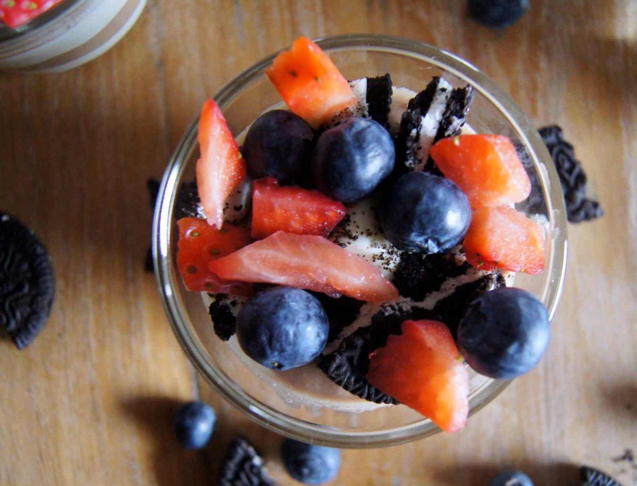 Schoko-Qaurk-Dessert mit Oreos und Beeren von Toertchenfieber