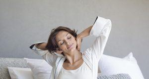 Viele Menschen fühlen sich nach der Zeitumstellung tage- oder sogar wochenlang schlapp, unausgeschlafen und müde.