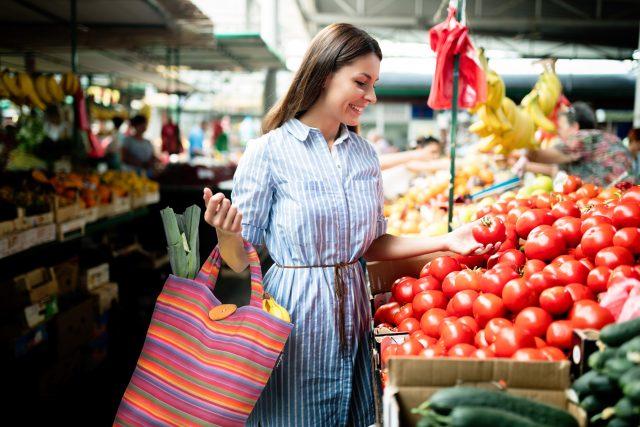 Mehrweg ist besser als Einweg: Für einen umweltbewussten Einkauf sollten Verbraucher eine Einkaufstasche, einen Rucksack oder einen Korb benutzen.