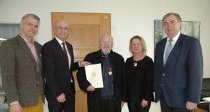 Landrat Wilhelm Schneider überreichte am Freitag in seinem Dienstzimmer im Landratsamt Haßberge die Verdienstmedaille des Verdienstordens der Bundesrepublik Deutschland an Helmar Höhn.