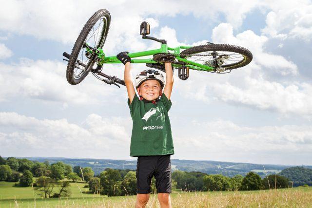 Den Vorteil leichter Räder spüren Kinder spätestens bei einer Steigung.