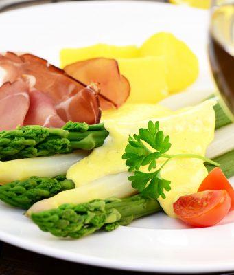 Spargel mit Schinken, Kartoffeln und Sauce Hollandaise