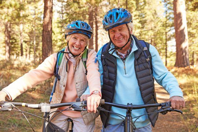 Fit bleiben im Alter: Regelmäßige Bewegung, eine ausgewogene Ernährung sowie gutes Sehen tragen maßgeblich zum Wohlbefinden bei.