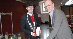 Bierprinz Sebastian Gocker zusammen mit Landrat Wilhelm Schneider