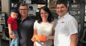 Bei der Gewinnübergabe: Familie Neeb und OBI Geschäftsführer Christian Wagner