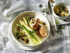 Putenschnitzel an zweierlei Spargel: Die Kombination von zartem Hähnchenfleisch mit Spargel ist lecker und ideal im Rahmen einer ausgewogenen Ernährung.