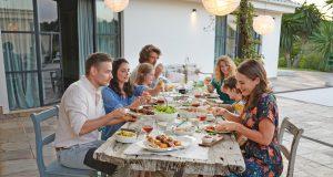 Gemeinsam zu kochen und zu schlemmen macht Spaß, fördert das Zusammengehörigkeitsgefühl und entspannt.
