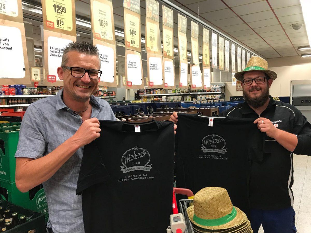 Oswald Kundmüller überraschte die Gewinner mit T-Shirts und Strohhüten
