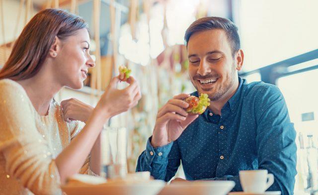 Einfach essen gehen - das kann für Menschen mit Glutenintoleranz zu einem Risiko werden.