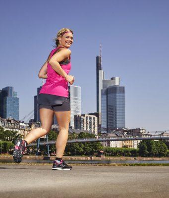 Überlastung beim Sport ist eine mögliche Ursache für Beschwerden an der Achillessehne - dann kann eine spezielle Gelenkbandage helfen.