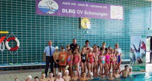 """50 Kinder der Klassen 3a und 4b der Grundschule Schonungen haben erfolgreich am Projekt """"sichere Schwimmer"""" teilgenommen"""