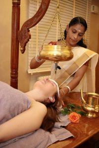Mit dem Stirnölguss können Gäste in Bad Bocklet nach der ayurvedischen Gesundheitslehre behandelt werden.