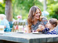 """Beim Essen im Freien darauf achten, Bissen nicht """"blind"""" zum Mund zu führen - ein Insekt könnte mit von der Partie sein."""