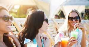 """Die besten Freundinnen unter sich: Eine Sommerparty nur für """"Sie"""" wird mit der passenden Musik und kühlen, selbstgemixten Getränken garantiert zum Erfolg."""