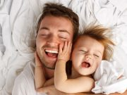 Babys nehmen Kuscheln und Schmusen als nonverbale Liebeserklärung wahr - die Streicheleinheiten geben den Kleinen das Gefühl von Sicherheit und Geborgenheit.