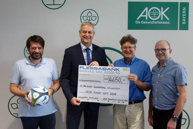 Sven Schröter, Frank Dünisch, Jürgen Montag und Frank Firsching bei der Scheckübergabe der AOK-Kinder-WM 2018
