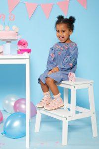 Kindgerechte Schuhe sind nicht nur modisch, sondern auch passgenau und strapazierfähig.