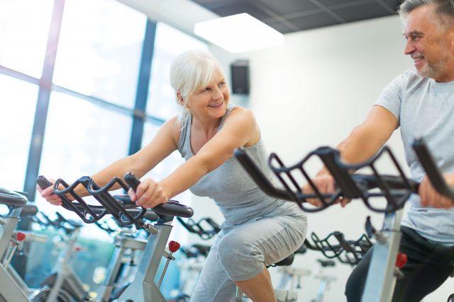 Der Ruhepuls von Sportlern liegt in der Regel niedriger als der von Untrainierten, was wesentlich gesünder ist. Regelmäßiges Ausdauertraining senkt den Ruhepuls
