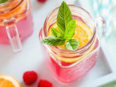 Roter Eistee mit frischer Pfefferminze und Orangen ist eine köstliche Erfrischung für heiße Tage.