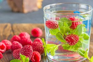 Mit Früchten und Kräutern lassen sich köstliche und abwechslungsreiche Trinkwasser-Drinks herstellen.