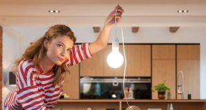 Behagliches Licht mit geringem Energiebedarf: Zu den EU-weit verbotenen Halogenlampen gibt es LED-Alternativen mit warmweißem Licht.