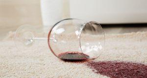 Rotweinflecken lassen sich mit einer kräftigen Schicht Salz beseitigen.