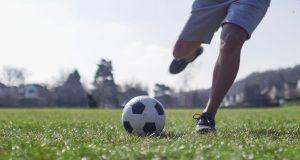 Fußball kann mit seinen abrupten Stopps und Richtungswechseln zu Verletzungen und Verschleißerscheinungen führen - und sogar die Nerven schädigen.