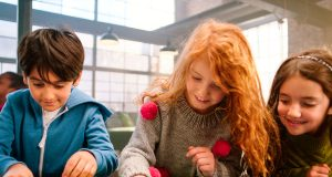 Spielen fördert die Kreativität - und etwas gesundes Chaos gehört auch dazu. Experten raten Eltern daher zu etwas mehr Gelassenheit beim Aufräumen.