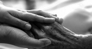 Schwerstkranke, Sterbende und deren Angehörige wissen oft zu wenig über geeignete Beratungs- und Versorgungsangebote für die letzte Phase ihres Lebens. Helfen können Pflegeberaterinnen und Pflegeberater