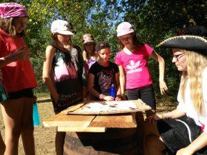 An der Sternstation des Lagerspiels erklärt Nina Brech die nächste Aufgabe der Mädchen