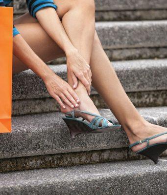 Geschwollene Knöchel an schwülen Sommertagen? Bequeme Schuhe, kalte Güsse und Fußgymnastik können Abhilfe schaffen.