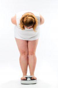 Wenn die Waage aus unerklärlichen Gründen immer mehr Pfunde anzeigt, sollte man an eine Herzschwäche als möglichen Hintergrund denken.