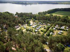 Luftansicht des direkt am Woblitzsee in Mecklenburg-Vorpommern gelegenen Fünf-Sterne-Campingplatzes Havelberge.
