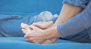 Kribbeln, Stechen und Missempfindungen in den Füßen sind typische Symptome für eine diabetische Neuropathie.
