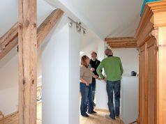 Meist ist einiger Renovierungsaufwand erforderlich, um eine ältere Immobilie fit für moderne Wohnbedürfnisse zu machen.