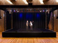 Thomas Söder, Bürgermeister der Stadt Hallstadt, und Wolfgang Heyder, Geschäftsführer des Veranstaltungsservice Bamberg, auf der neuen Bühne des Kulturbodens.