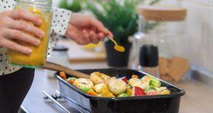 Kurkuma-Pulver sparsam über eine Mahlzeit gestreut - diese Methode bringt oft kaum gesundheitlichen Nutzen.