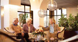 Geselligkeit wird in Seniorenresidenzen großgeschrieben - zugleich findet jeder das Maß an Individualität und Privatsphäre, das er sich wünscht.